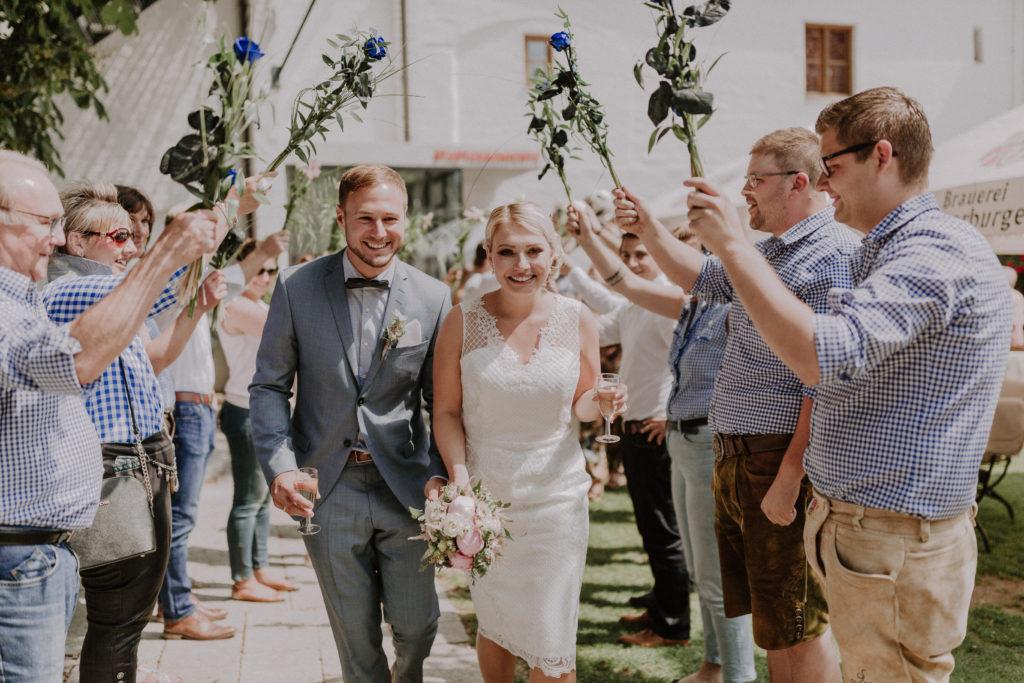 Brautpaar freut sich über ihre Spaliersteher