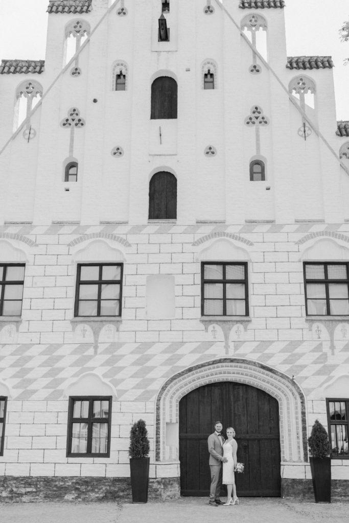 Brautpaar steht vor der Herzogsburg in Dingolfing