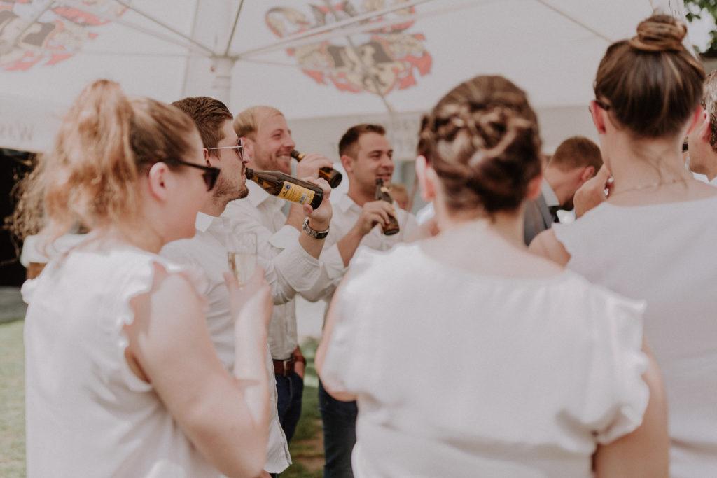 Trickende Hochzeitsgäste