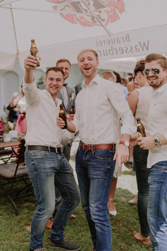 Hochzeitsgäste in Feierlaune