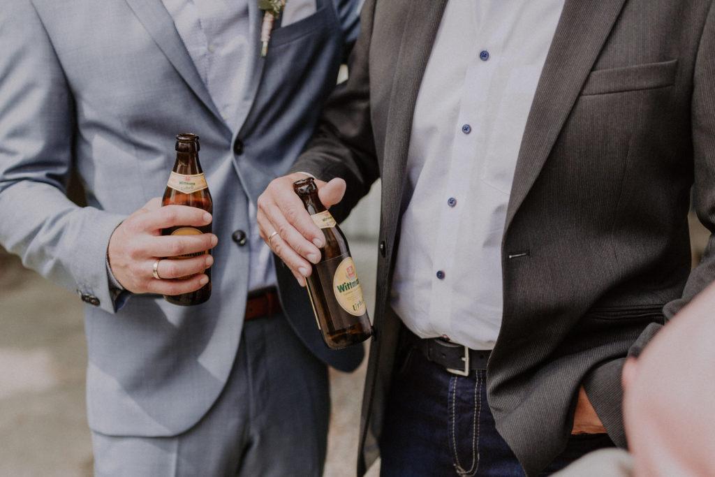 Detailfoto von zwei Flaschen Bier
