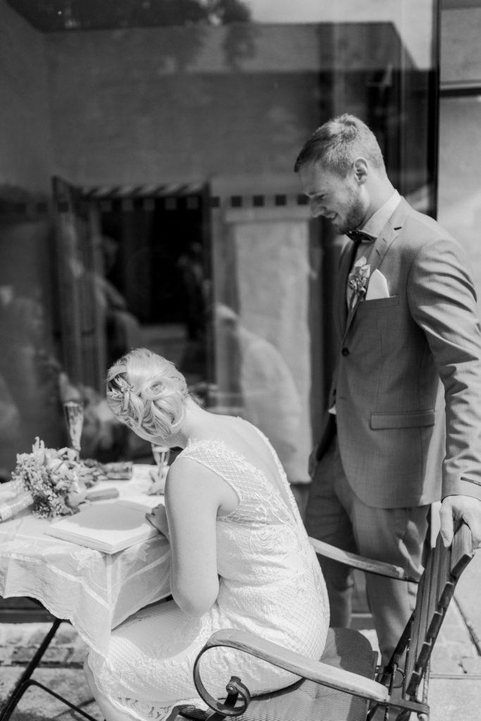 Das Brautpaar trägt sich in das Hochzeitsbuch von Dingolfing ein