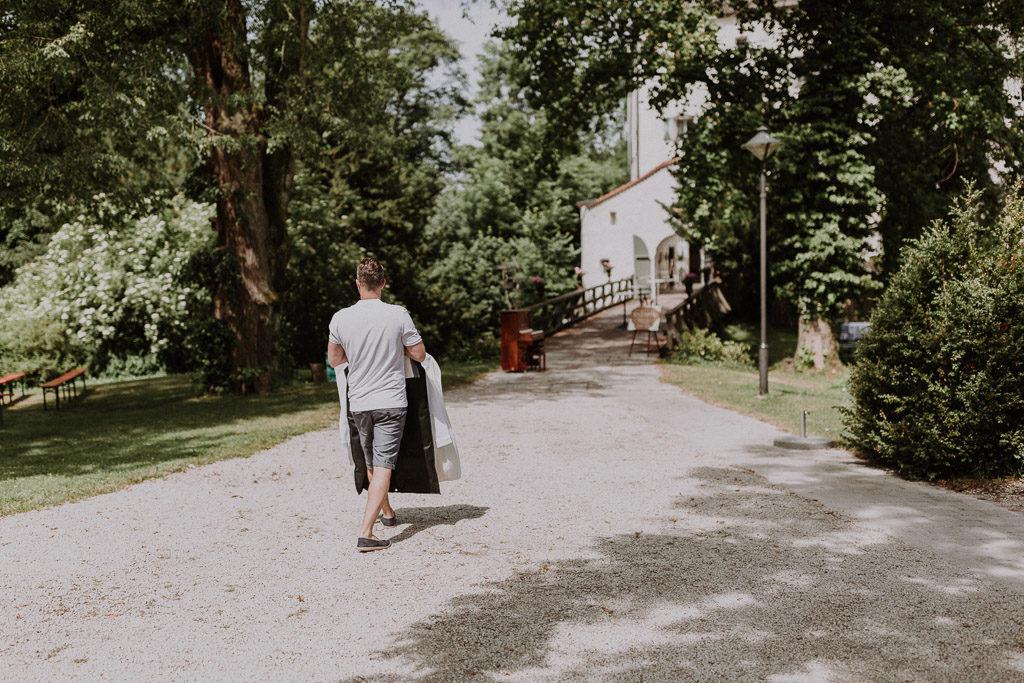 Bräutigam geht zum Getting Ready ins Schloss Amerang