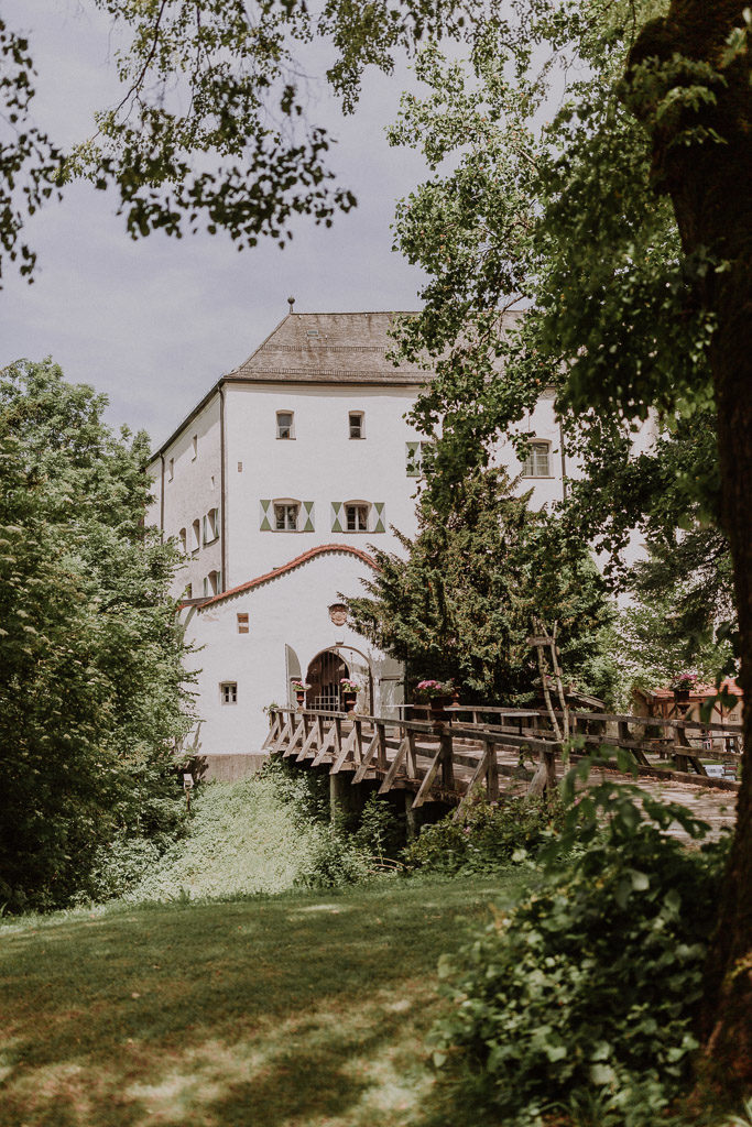 Bild zeigt das Schloss Amerang in den Bayerischen Alpen