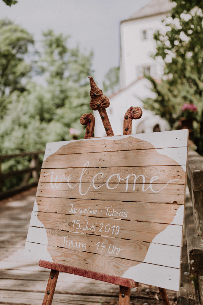 Willkommensschild für die Hochzeitsgäste im Schloss Amerang zur Märchenhochzeit