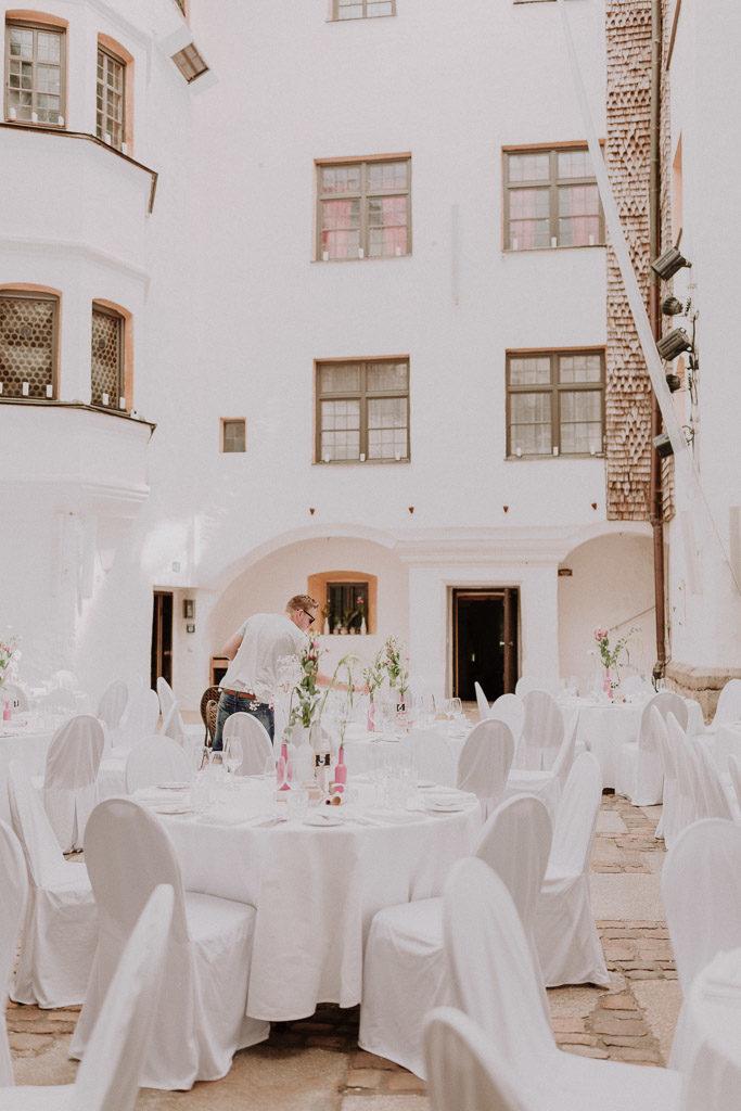Innenhof des Schloss Amerang mit den letzten Vorbereitungen vor der Sommerhochzeit