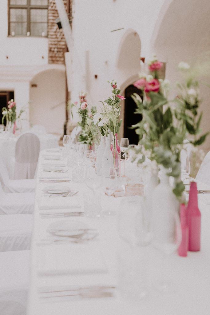 Saal und Tischarrangement im Schloss Amerang