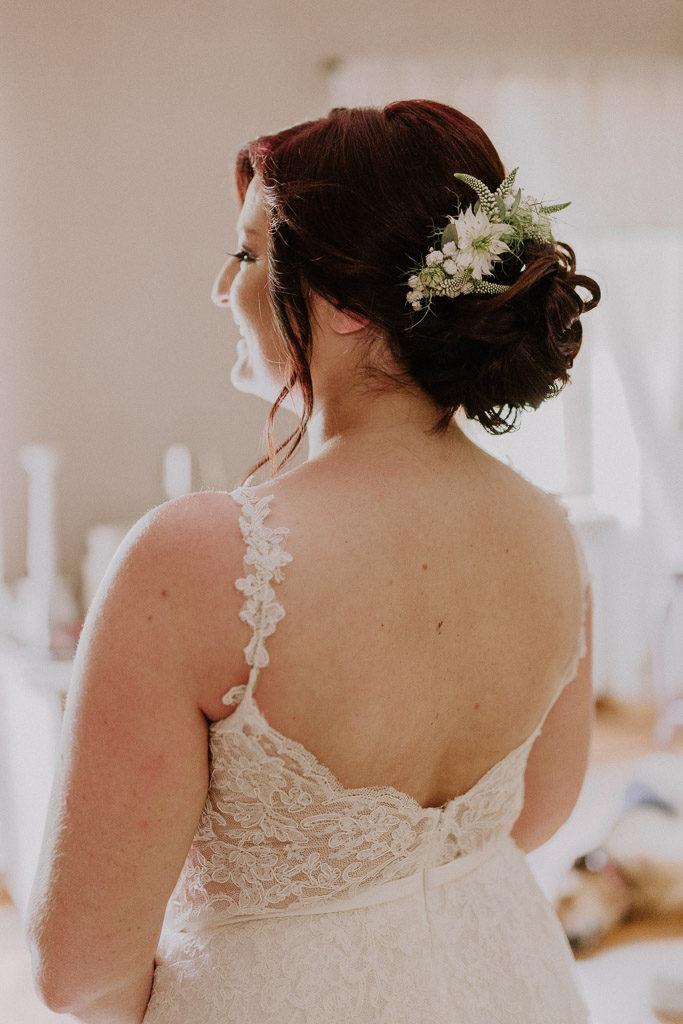 Braut mit Frisur und Hochzeitskleid