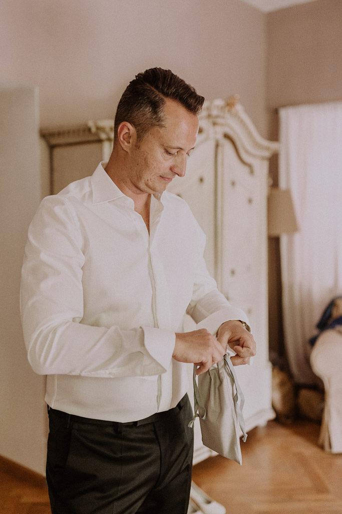 Bräutigam beim fertig machen im Schlosshotel Amerang