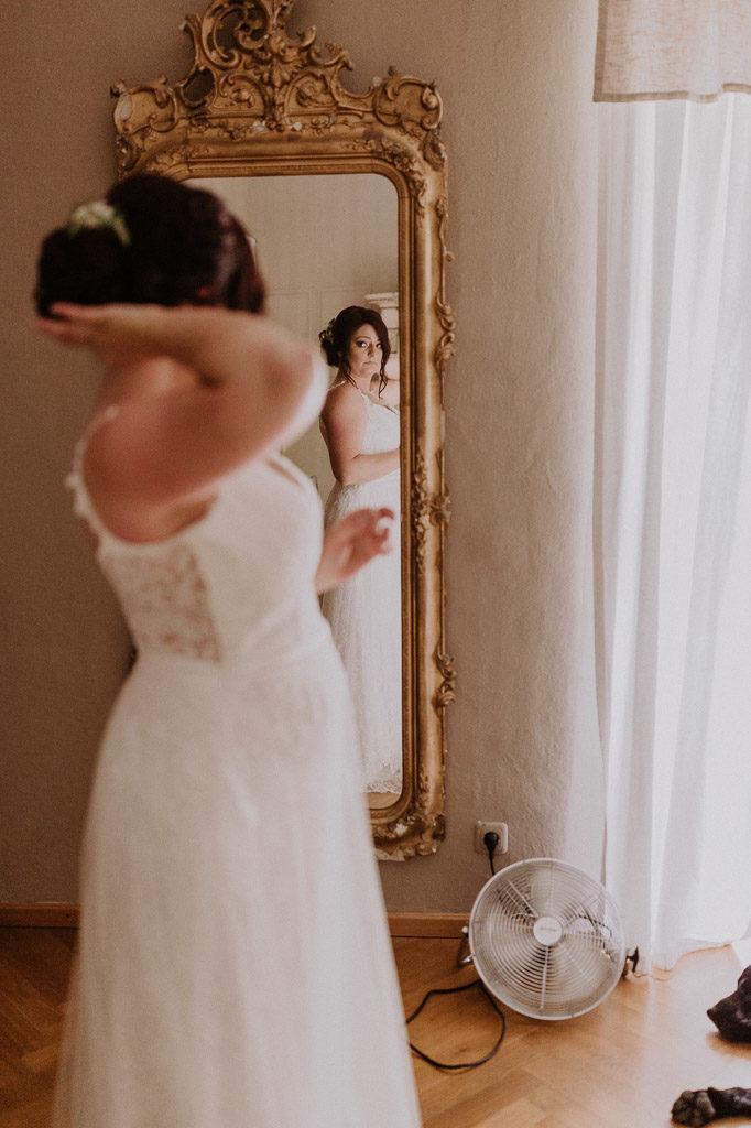 Braut beim fertig machen im Schlosshotel Amerang
