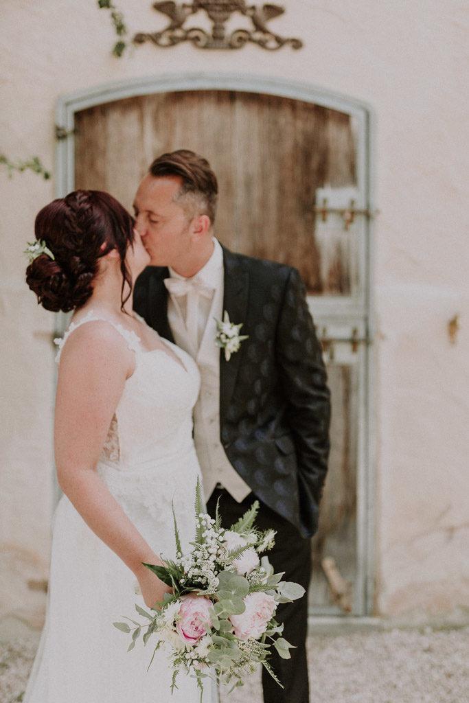 Brautpaar küsst sich während dem Portraitshooting