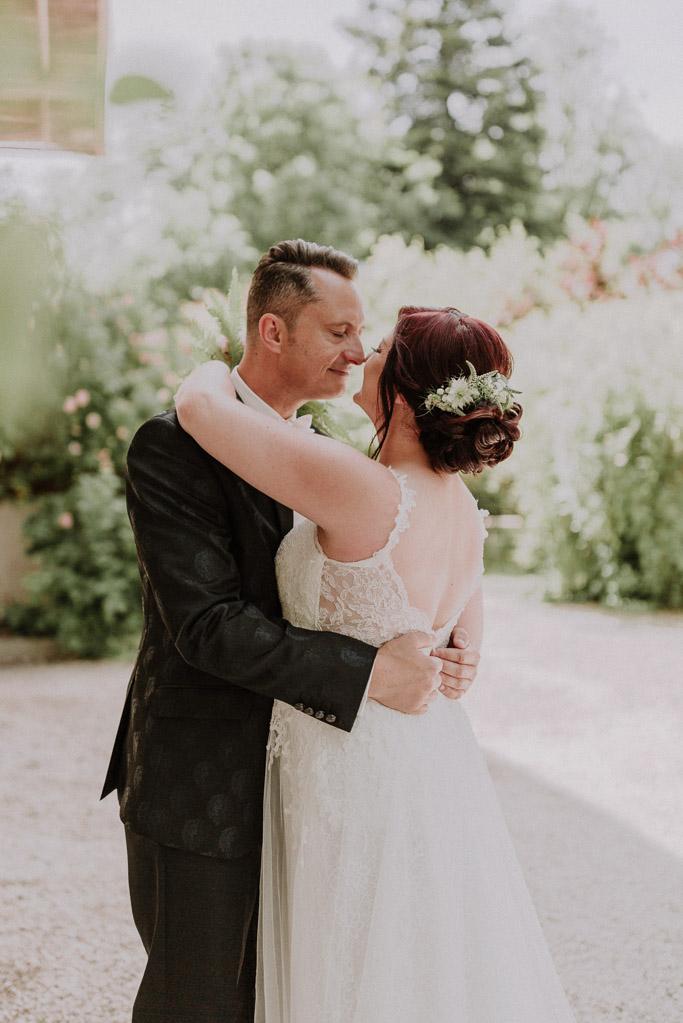 Brautpaar sieht sich glücklich an, märchenhafte Atmosphäre umgibt sie