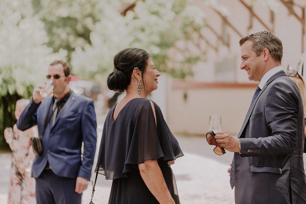 Hochzeitsgäste in entspannter Atmosphäre vor der freien Trauung im Schloss