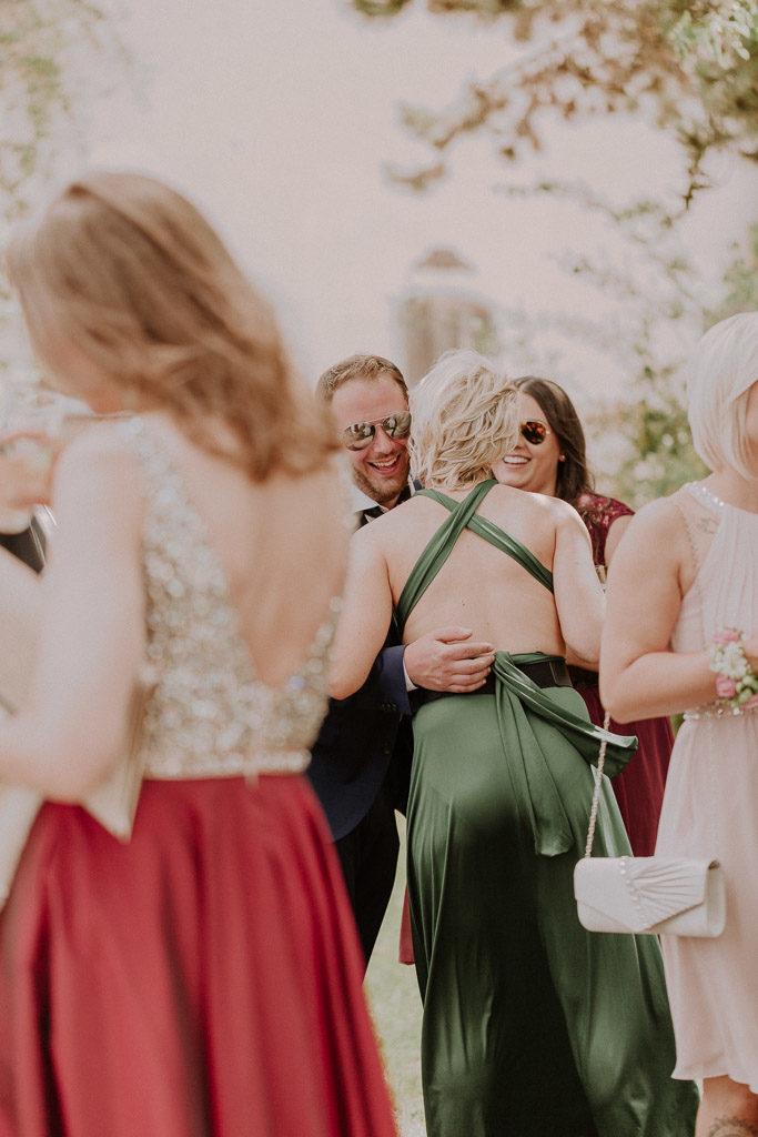 Lachende und glückliche Hochzeitsgäste im Schloss Amerang