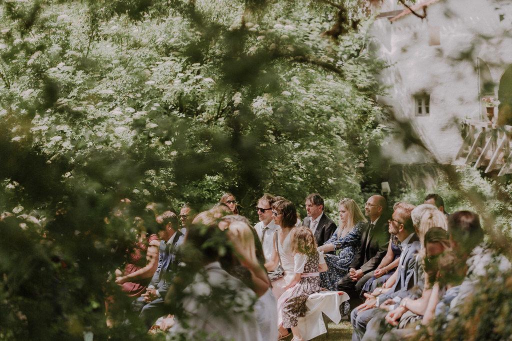 Verträumter Blick zu den Hochzeitsgästen