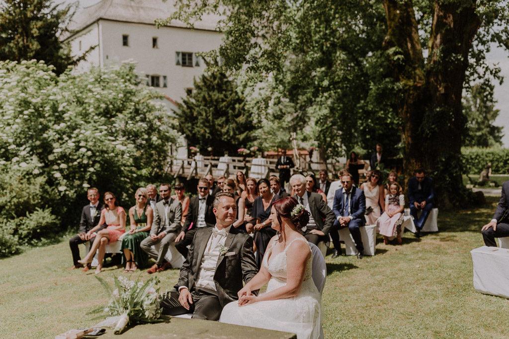 Brautpaar während der Trauung im Schlossgarten Amerang