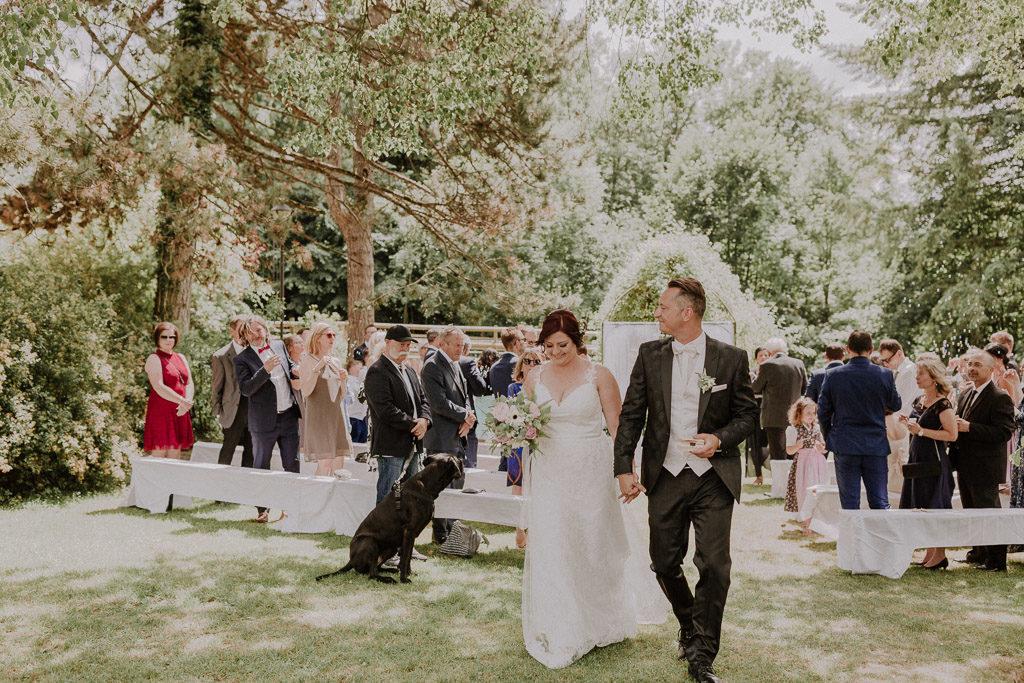Brautpaar nach dem Trauungsakt im Schlossgarten Amerang