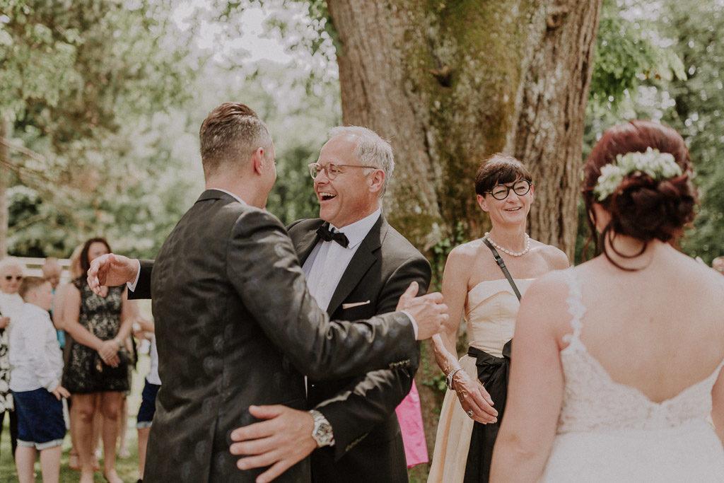 Glückwünsche der Hochzeitsgäste nach der Trauung