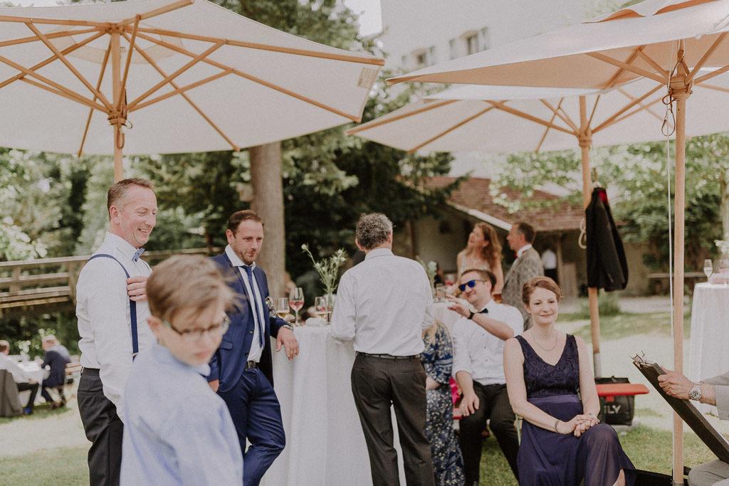 Hochzeitsgäste mit Karikateur im Schlossgarten