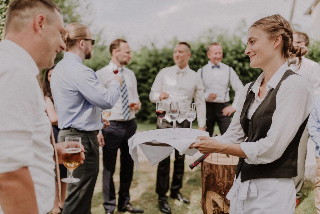 Männerclique am Feiern