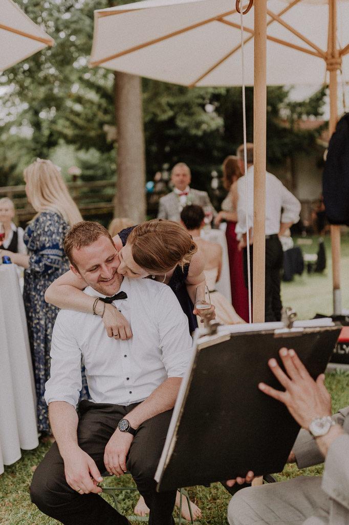 Lachende Hochzeitsgäste bei der Sommerhochzeit