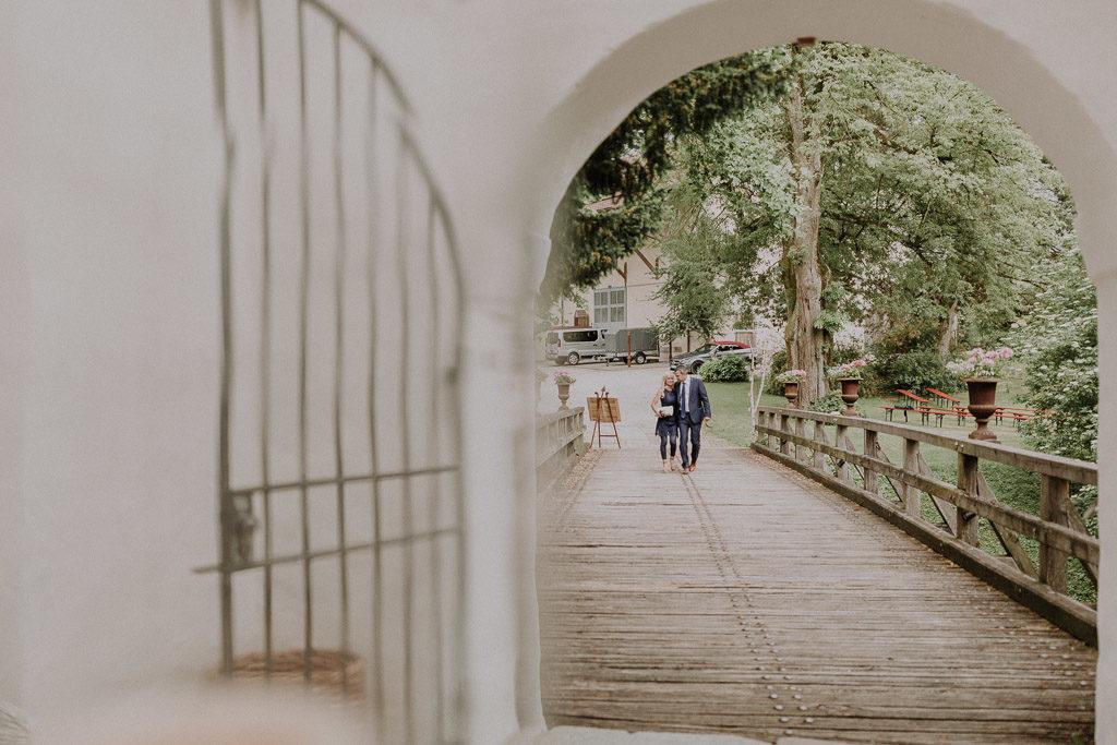 Hochzeitsgäste auf den Weg in den Schlossinnenhof