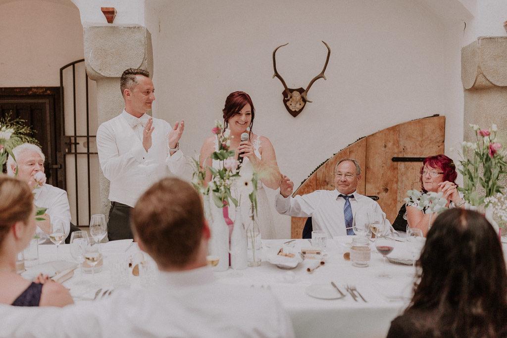Rede der Braut im Schlossinnenhof