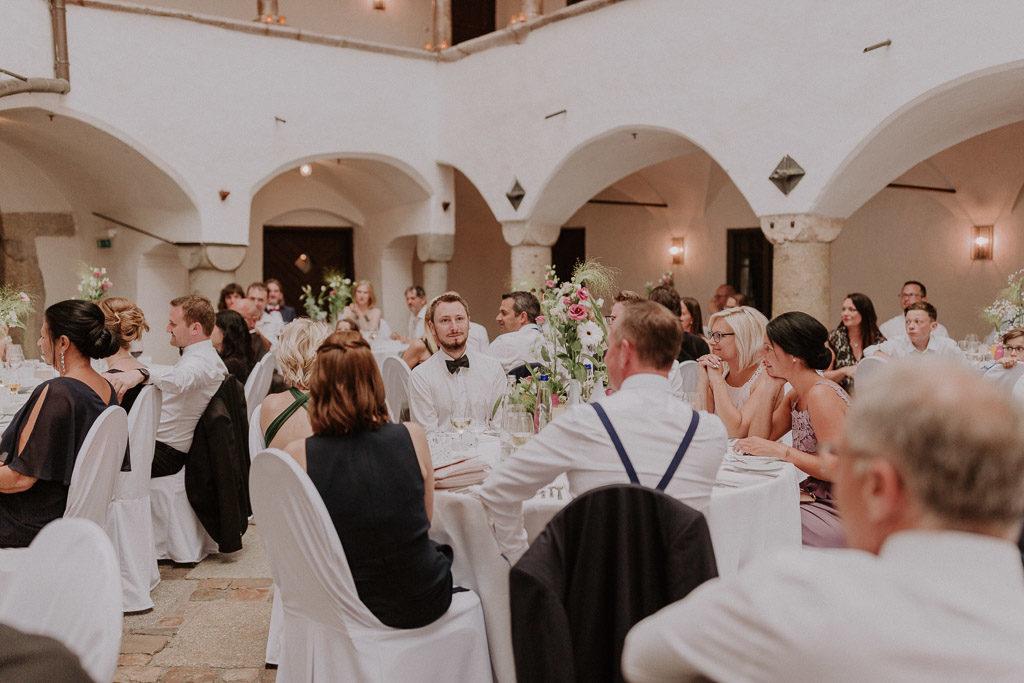 Begeisterte Hochzeitsgäste im Schloss