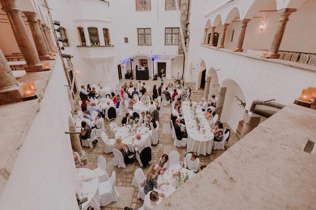 Gesamtübersicht der Hochzeitsgäste im Schlossinnenhof Amerang