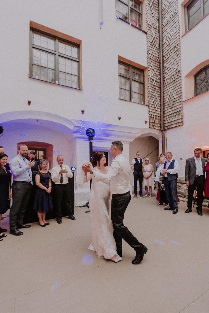 Eröffnungstanz des Brautpaares auf der Tanzfläche des Schlosses