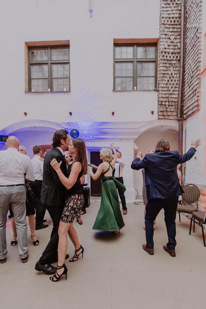 Tanzende Hochzeitsgäste auf der Tanzfläche des Schlosses