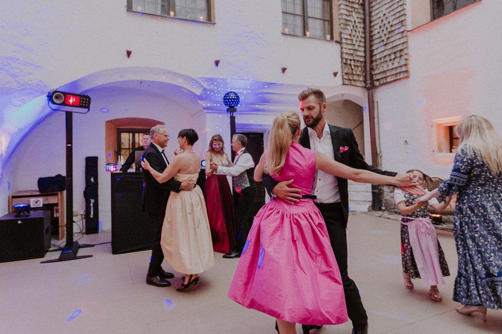 Tanzende Gäste am Abend