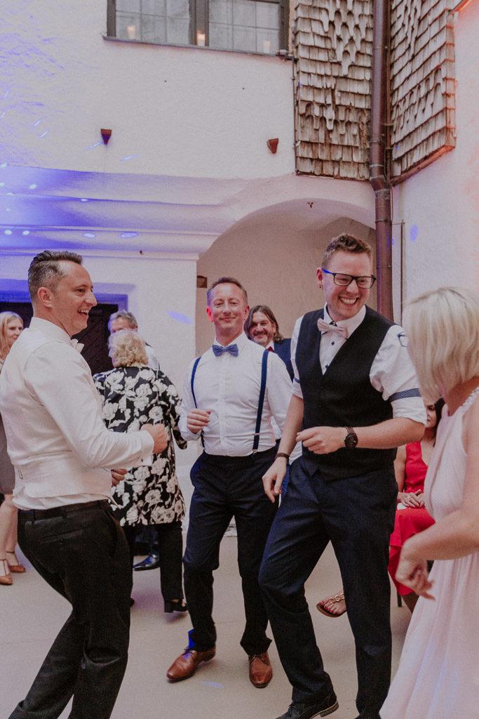 Feiernde Hochzeitsgäste auf der Tanzfläche