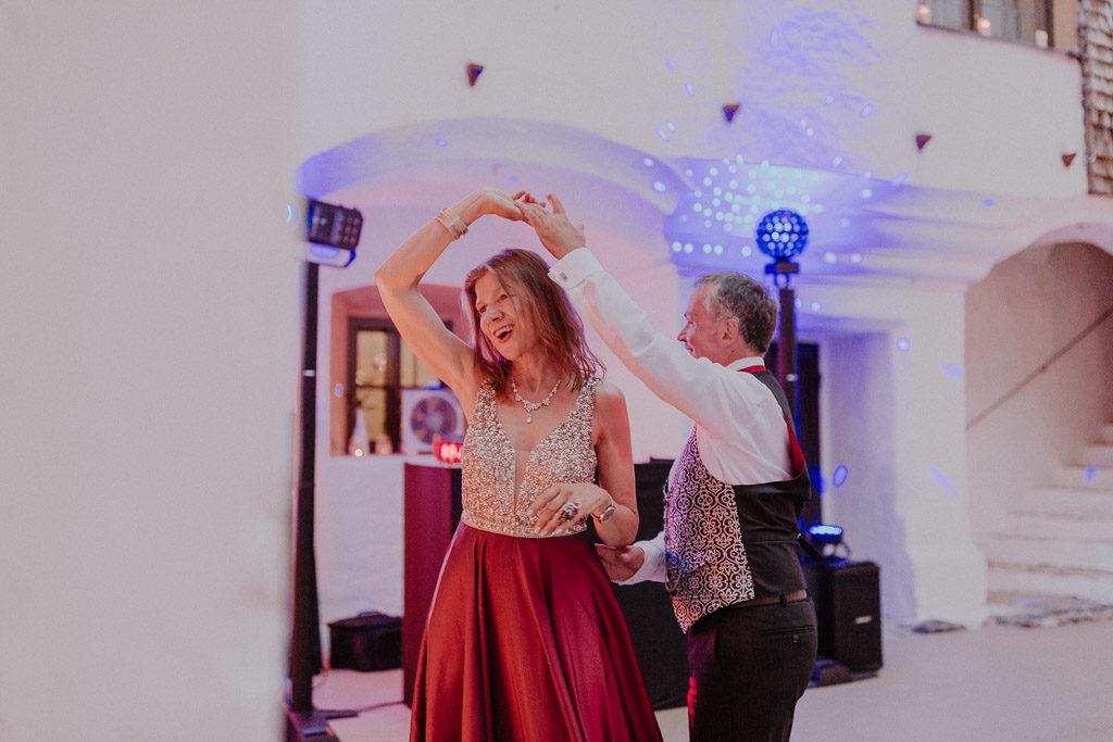 Tanzende Hochzeitsgäste und ausgelassene Stimmung im Schloss
